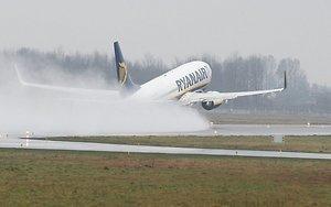 Ryanair perkelia skrydžius iš Kauno į Vilnių